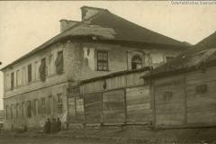 Wislica, zerschoßenes Haus, Stroh ersetzt die Fensterscheiben