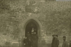 Wislica, Aufschrifttafel an der zerstörten Kirche